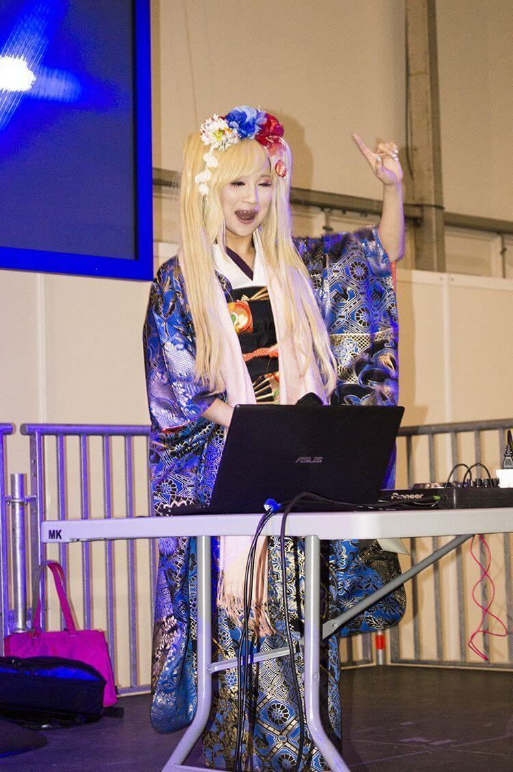 Yui Kanan como DJ Zaza en el Salón del Manga de Getxo