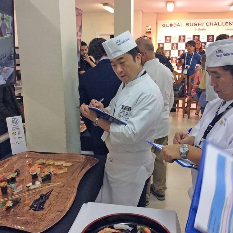 Los dos maestros estaban evaluando el sushi en el concurso.