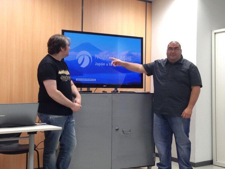 David Heredia, izquierda, y Juan Carlos Pérez, derecha, explican la iniciativa Nozomibashi