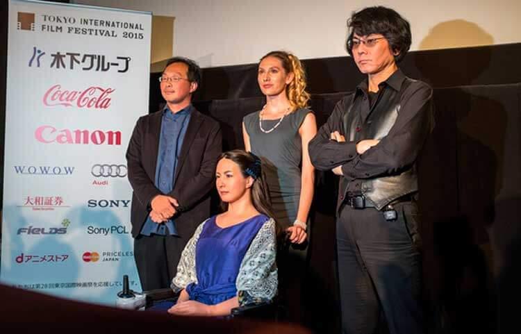 Kōji Fukada (izquierda, arriba), Geminoid F (izquierda, abajo); Bryerly Long, quien encarnará a Tanya (centro); y por último, Hiroshi Ishiguro (derecha), creador de Geminoid F.