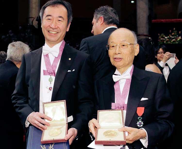 Takaaki Kajita y Satoshi Ōmura con sus galardones en Estocolmo. Diciembre de 2015