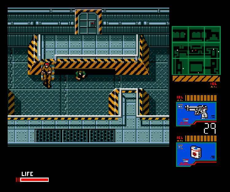 Solid Snake tumbado para evitar ser visto en Metal Gear 2: Solid Snake.