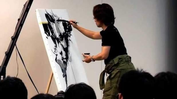 Yōji Shinkawa dibujando a Snake en una exposición con ilustraciones suyas, celebrada en las oficinas de Konami, en 2011.