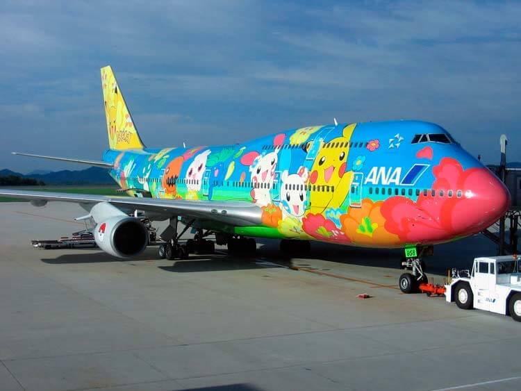 La franquicia de Game Freak cuenta hasta con su propia línea de aviones desde 1998, que operan para la All Nippon Airways. Este en concreto es un Boeing 747-400D anunciado en 2004. Ofrecen además en el interior una experiencia totalmente ligada visualmente a la saga, con aspectos como hasta los auriculares del avión, tributando a Pokémon.
