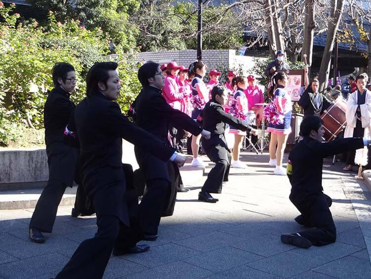 Entre la gente que da ánimo a los atletas se ven grupos de chicas de animación llamada cheerleading en inglés y grupos de chicos con apariencia clásica que se llama ōendan.