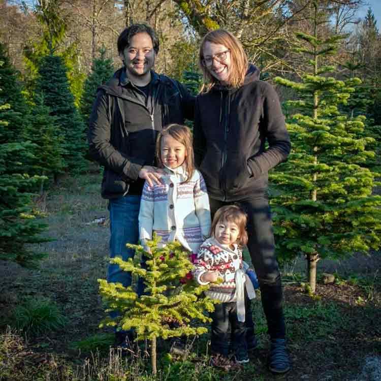 Eric Medalle con su mujer Carrie, y sus hijas, Isa y Nico, la pequeña, quien iba con él en el accidente.