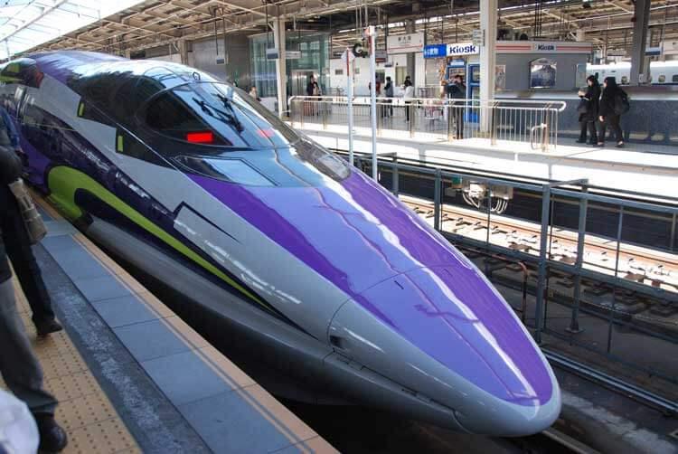 Diseñado por Ikuto Yamashita, el Shinkansen de la serie 500 evoca al robot EVA-01