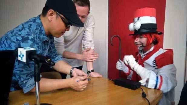 Otomania firma a un chico asistente a su conferencia, el cartucho de PS-Vita de Project Diva