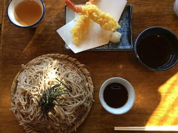 Los fideos de soba y un plato de tempura de gambas.