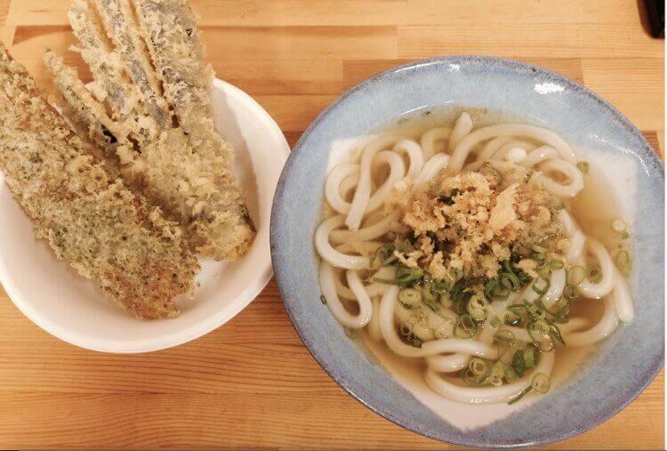 Sanuki udon acompañados de tempera de chikuwa y berenjena