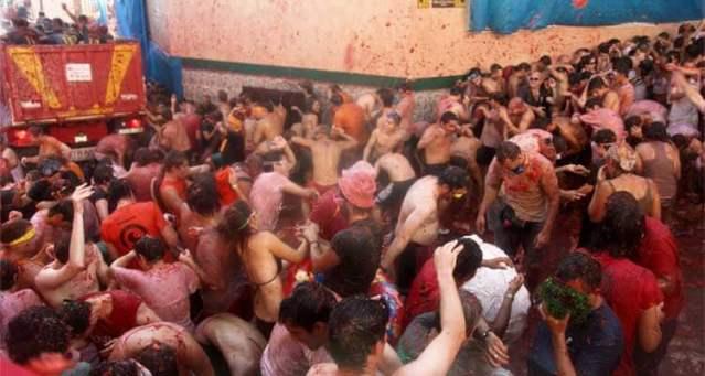 Gente participando en la Tomatina