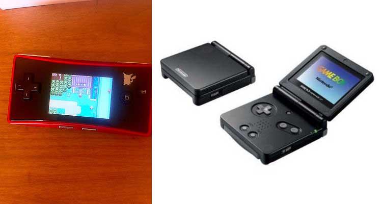 A la izquierda, versión especial de Gameboy Micro, ejecutando el videojuego Pokémon Esmeralda. A la derecha, Gameboy Advance SP.