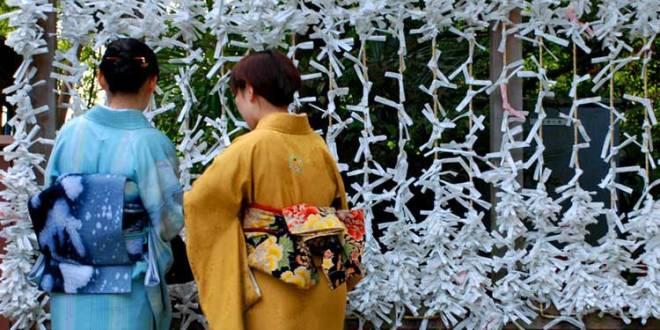 Omikuji en el santuario Tsurugaoka Hachiman de Kamakura