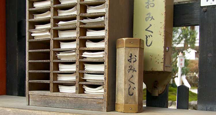 Omikuji tradicional en el santuario de Kamigamo en Kooto