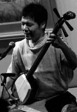 El músico Etsuro Ono, tocando un shamisen