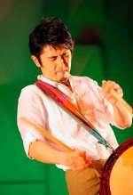 El artista Tetsurō Naitō tocando el taiko