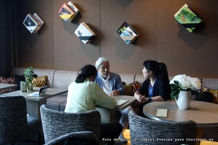 Tarō Iwashiro en el centro, siendo entrevistado por nuestro compañero Andrés Domenech Alcaide, mientras es interpretado por Kayoko Morimoto, en el Hotel Palacio Málaga, en Málaga capital, donde nos concedió esta entrevista.