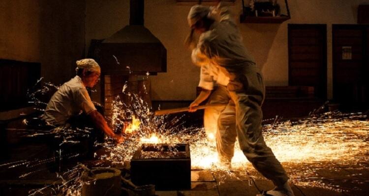 Artesanos forjando una katana