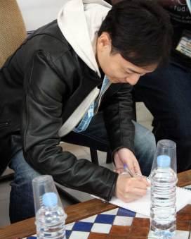 El entrevistado, Masashi Kudō, mientras realiza una ilustración firmada para nuestro compañero Andrés Domenech Alcaide y el resto del equipo de CoolJapan.es.
