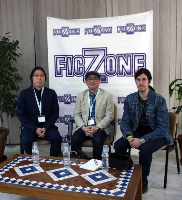 El equipo encargado de entrevistar a Tensai Okamura (en el centro).