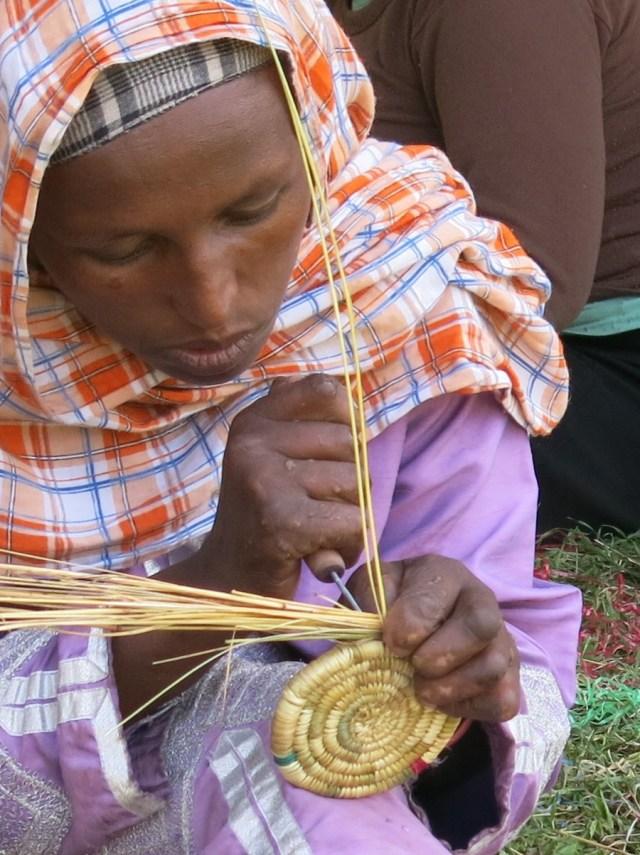 Artesanía con las manos milagrosas de las mujeres con lepra africa dr alegria