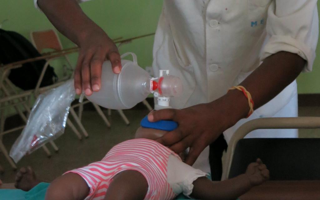 Enseñando a ayudar a los bebés a respirar