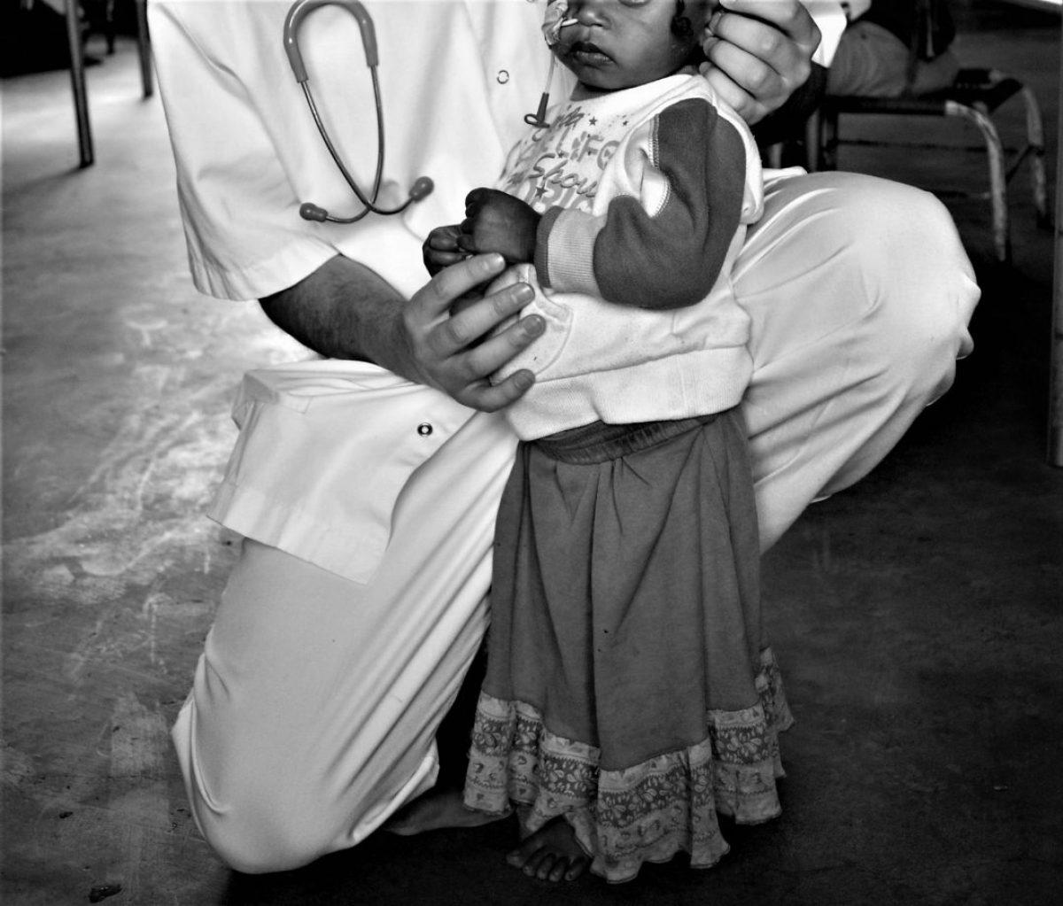 El médico que se arrodillaba para limpiar los colchones africa alegria gambo alegria sin fronteras dr alegria etiopia gambo
