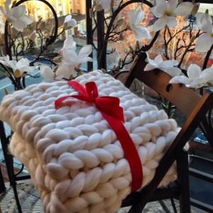 WOOLHUGS – Couverture en tricot blanc trapu