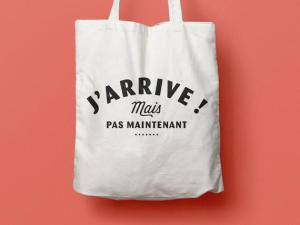 "LES FUGITIVES – Tote Bag ""J'arrive mais pas maintenant"""