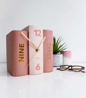 L'AVANT-GARDISTE – Horloge livres rose