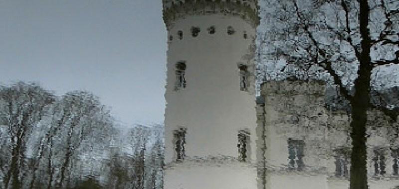 Schloss Schlemmin spiegelt sich im Burggraben