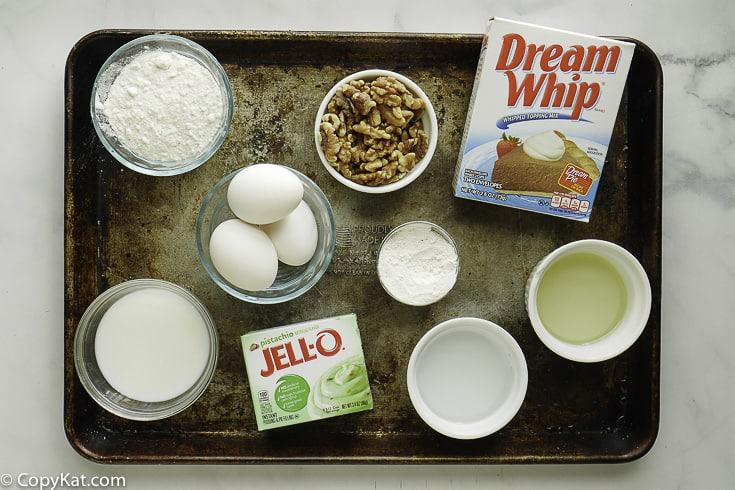 Ingredientes para pastel de pistacho, mezcla de budín, huevos, látigo de ensueño y más
