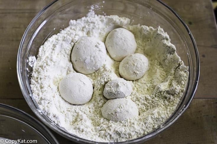 champiñones frescos espolvoreados con harina sazonada