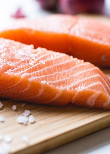 Filetes de salmón fresco cortado