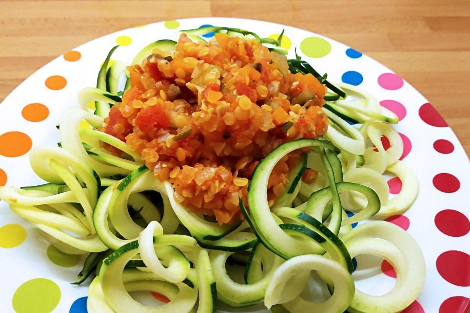 Bolonesa Vegana de lenteja roja con espaguetis de calabacín
