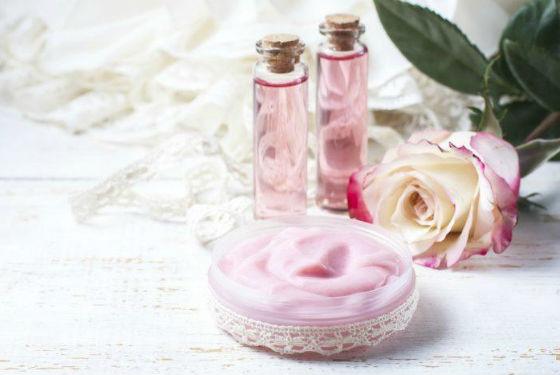 Розовая цветочная вода