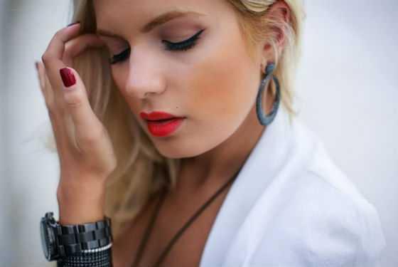 Дневной макияж с яркими губами для блондинок