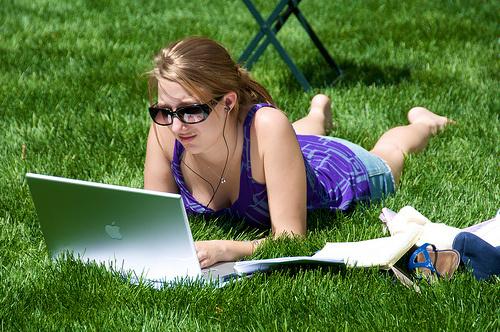 laptop-girl-park