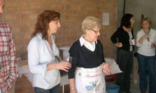 Isabel con Inés, controlando la paella...