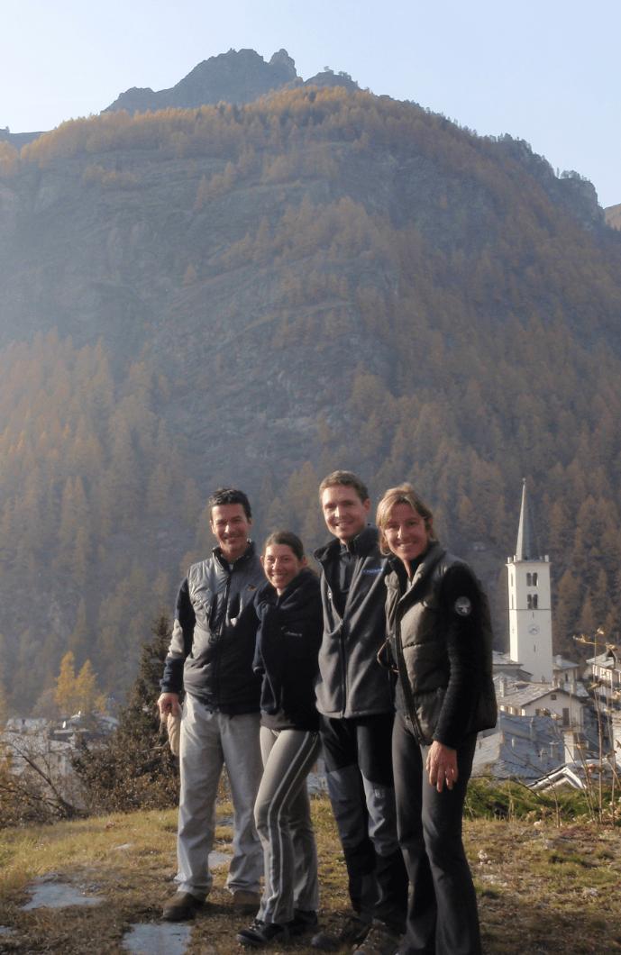 Alberto, Magali, Sylvain e Lorenza: sullo sfondo la parete della ferrata di Valtournenche