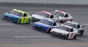 HAMLIN GANA UN CARRERÓN DE NASCAR