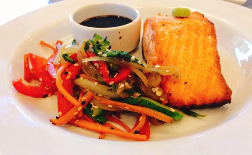 Salmón y salteado de vegetales