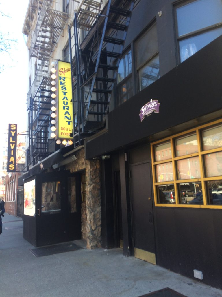 La fachada de Sylvia's restaurant en Harlem