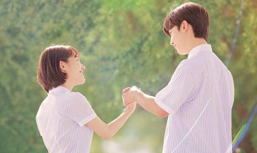 """KIM YO HAN E SO JU YEON EMBARCAM EM UM ROMANCE DE TIRAR O FÔLEGO EM PÔSTERES PARA REMAKE DO DRAMA """"A LOVE SO BEAUTIFUL"""""""