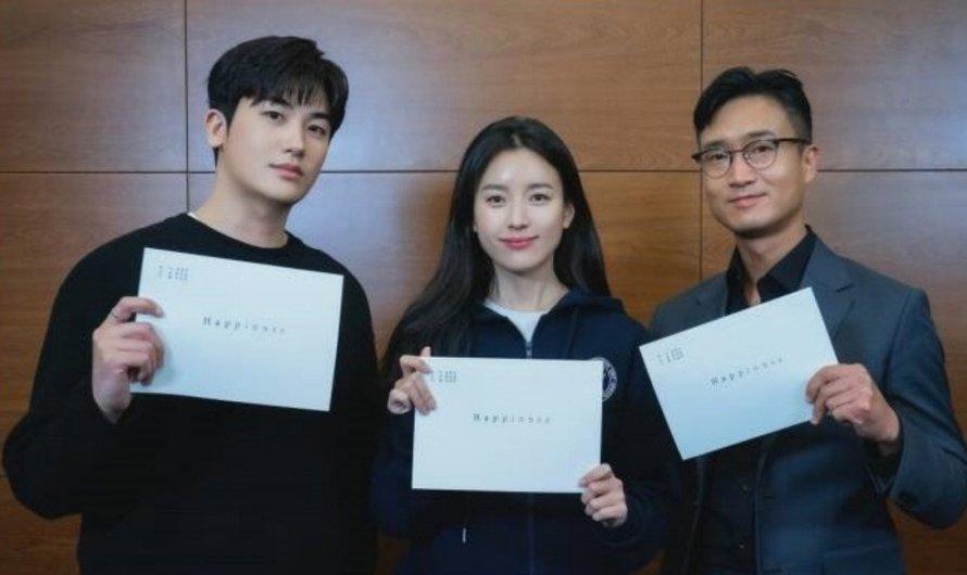 O novo drama da tvN 'Happiness'  revelou fotos da primeira leitura do roteiro