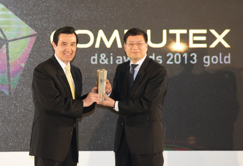 ASUS CEO Jerry Shen Receives the Computex d&i Award from Taiwanese President Ma Ying-jeou
