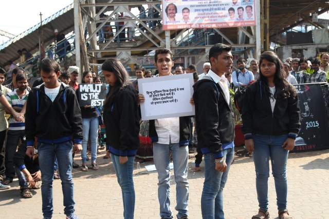 A Successful Street Play organized by the Students of Saraf College at Malad Railway station Mumbai (3)