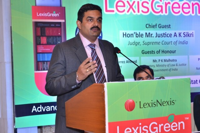 Mohan Ramaswamy Managing Director LexisNexis India Felicitating the chief guests at the launch of LexisGreen at India Habitat Centre2