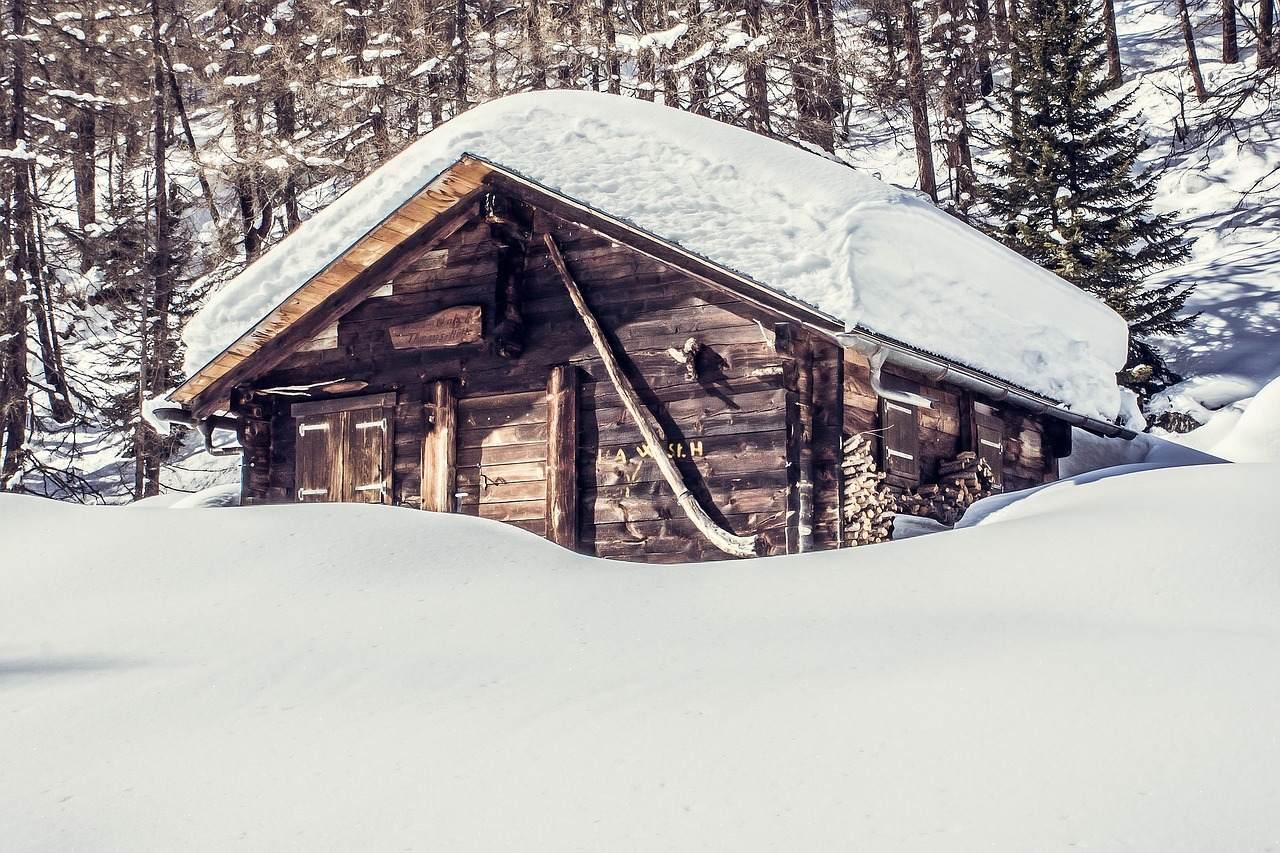 有名な怖い話『雪山登山 - 山小屋の四隅で一人多い』|都市伝説・洒落怖・ほん怖