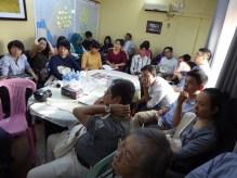 Irrawaddyでの説明を聴く受講生たち